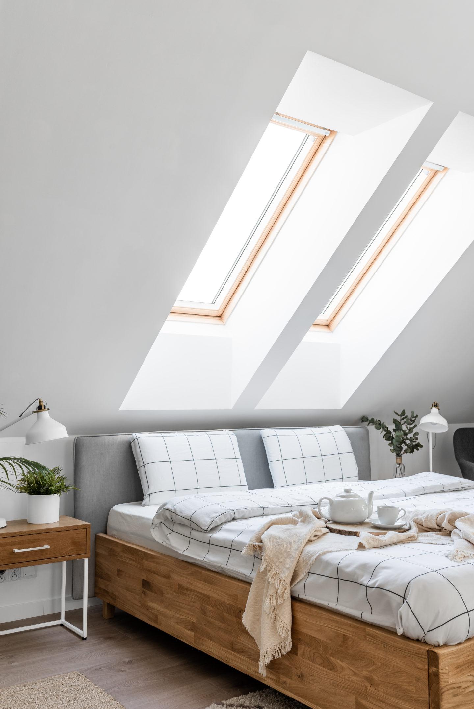 łóżko-drewniane-w-sypialni